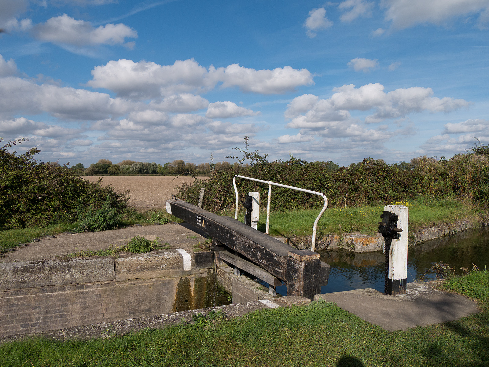 Another single lock gate with narrow lock channel.
