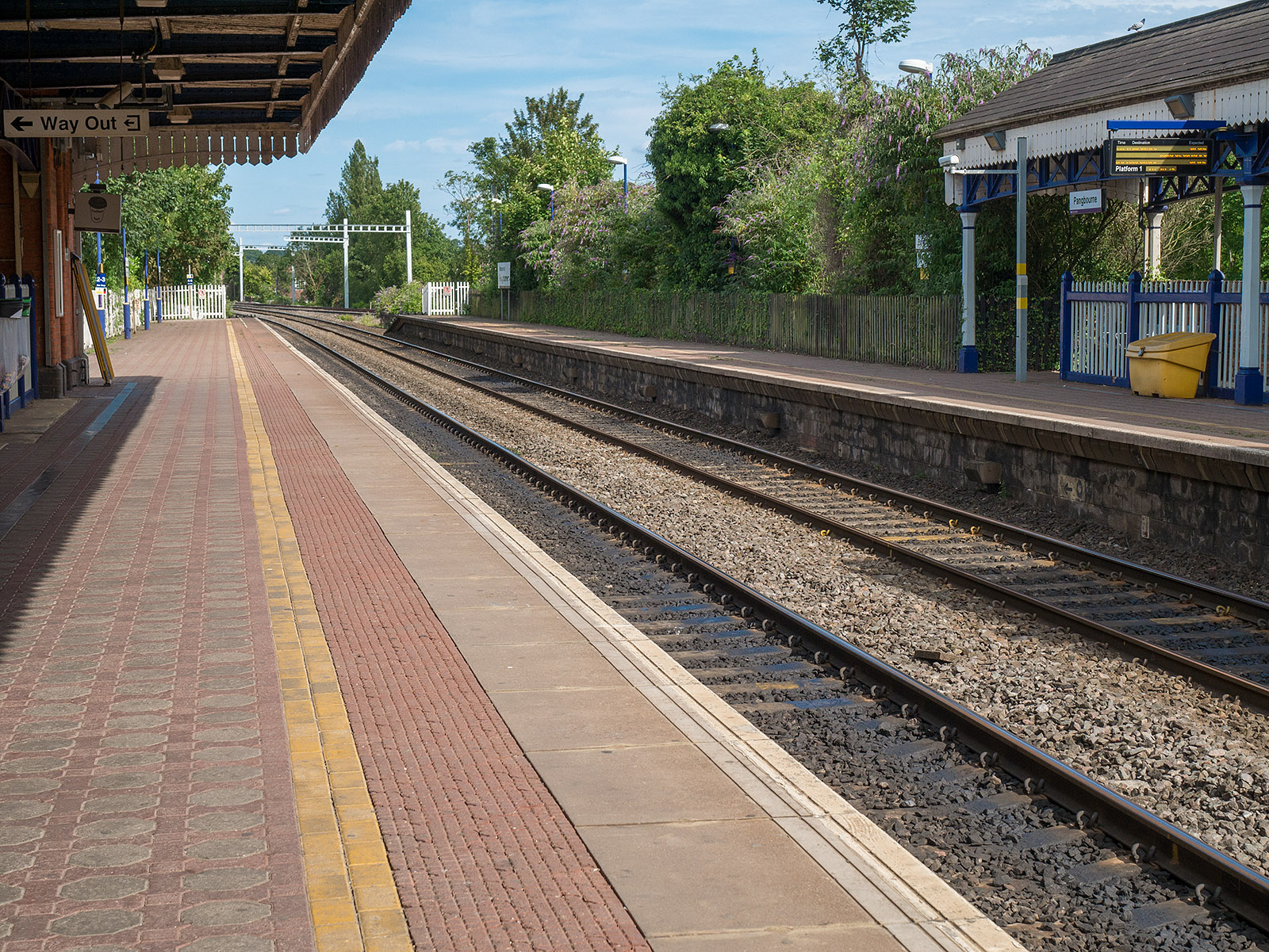 Pangbourne station looking back towards Reading