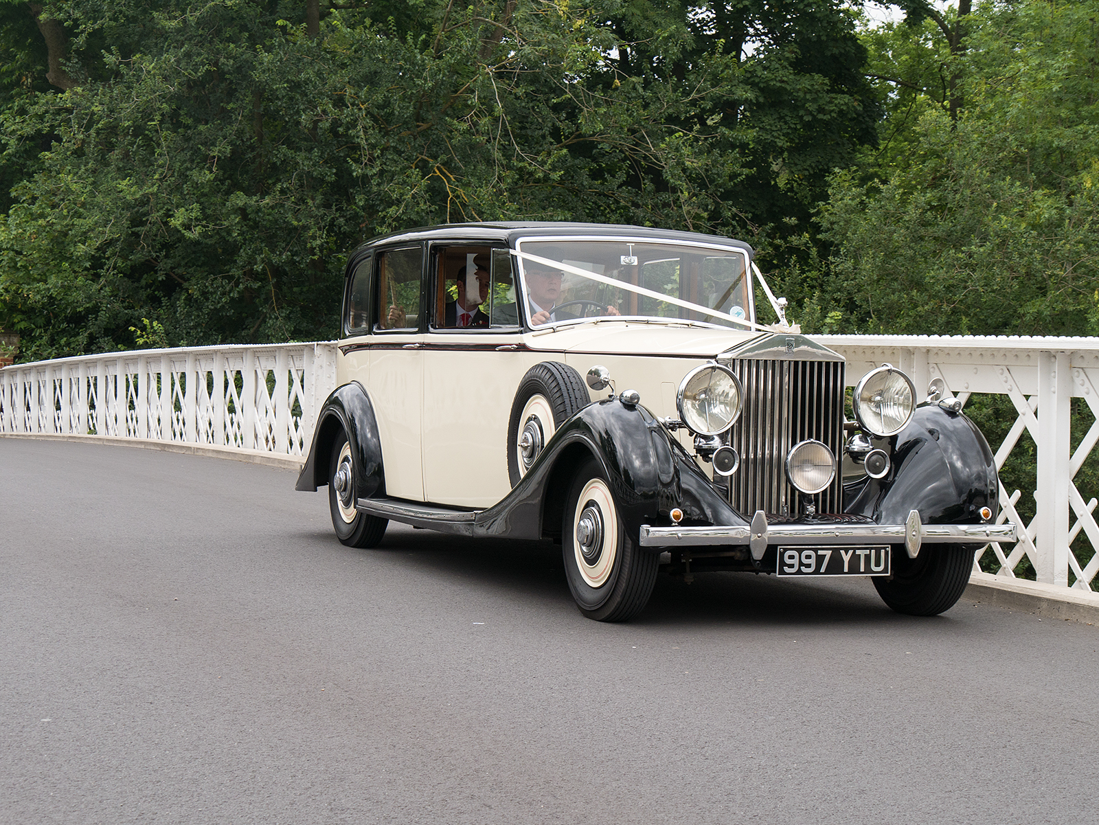 Wedding car on the Pangbourne bridge