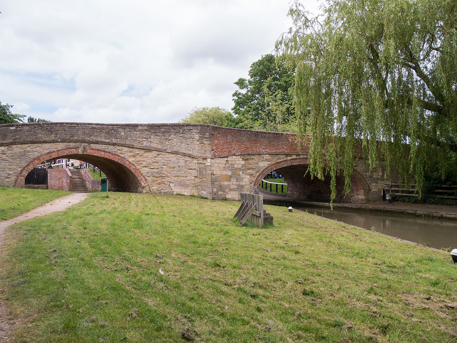Double bridge at Stoke Bruerne - note the different constructions