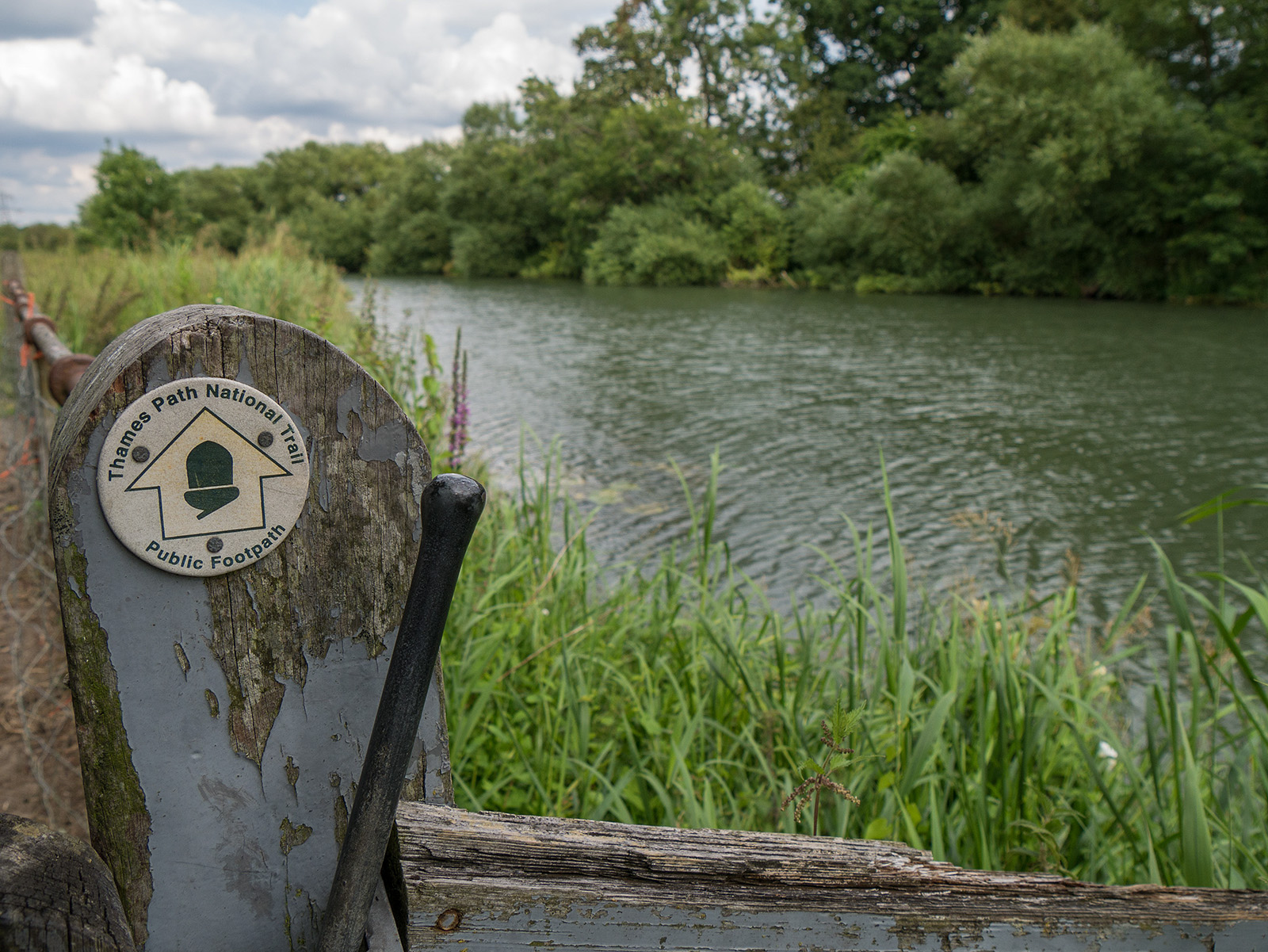 Looking back for a while - classic Thames Path marker