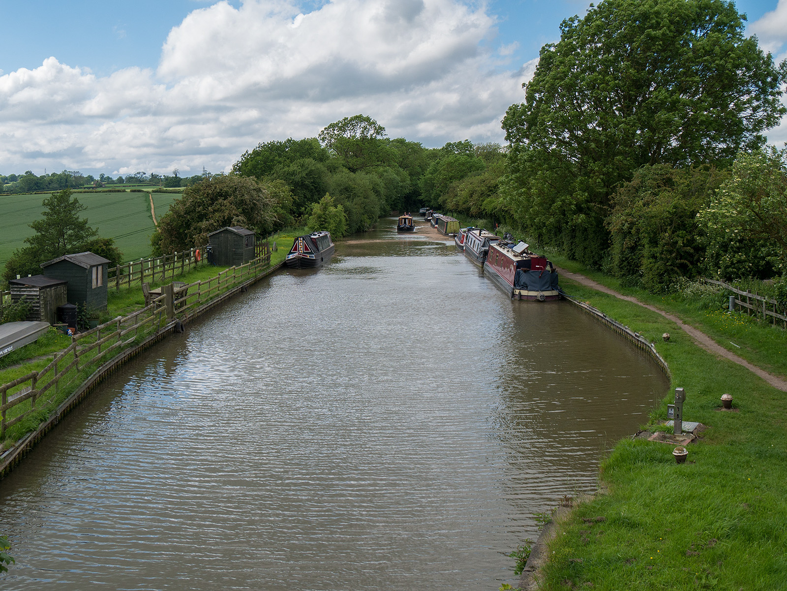 Looking along the start of the Leicester Canal