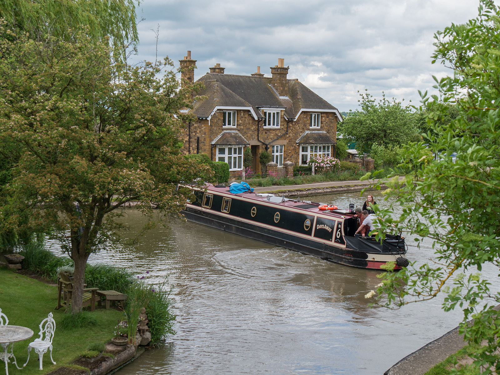 A boat making the turn into the Leicester canal