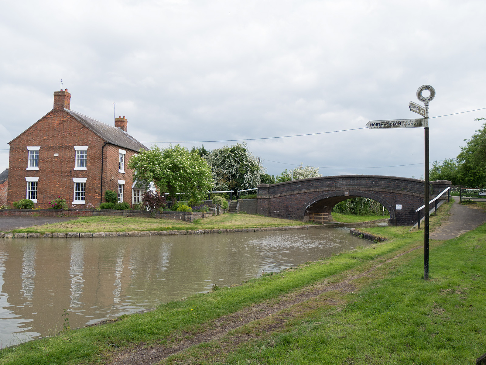 Looking back towards bridge 48 - the Northampton arm is off to the left (heading north to Northampton)