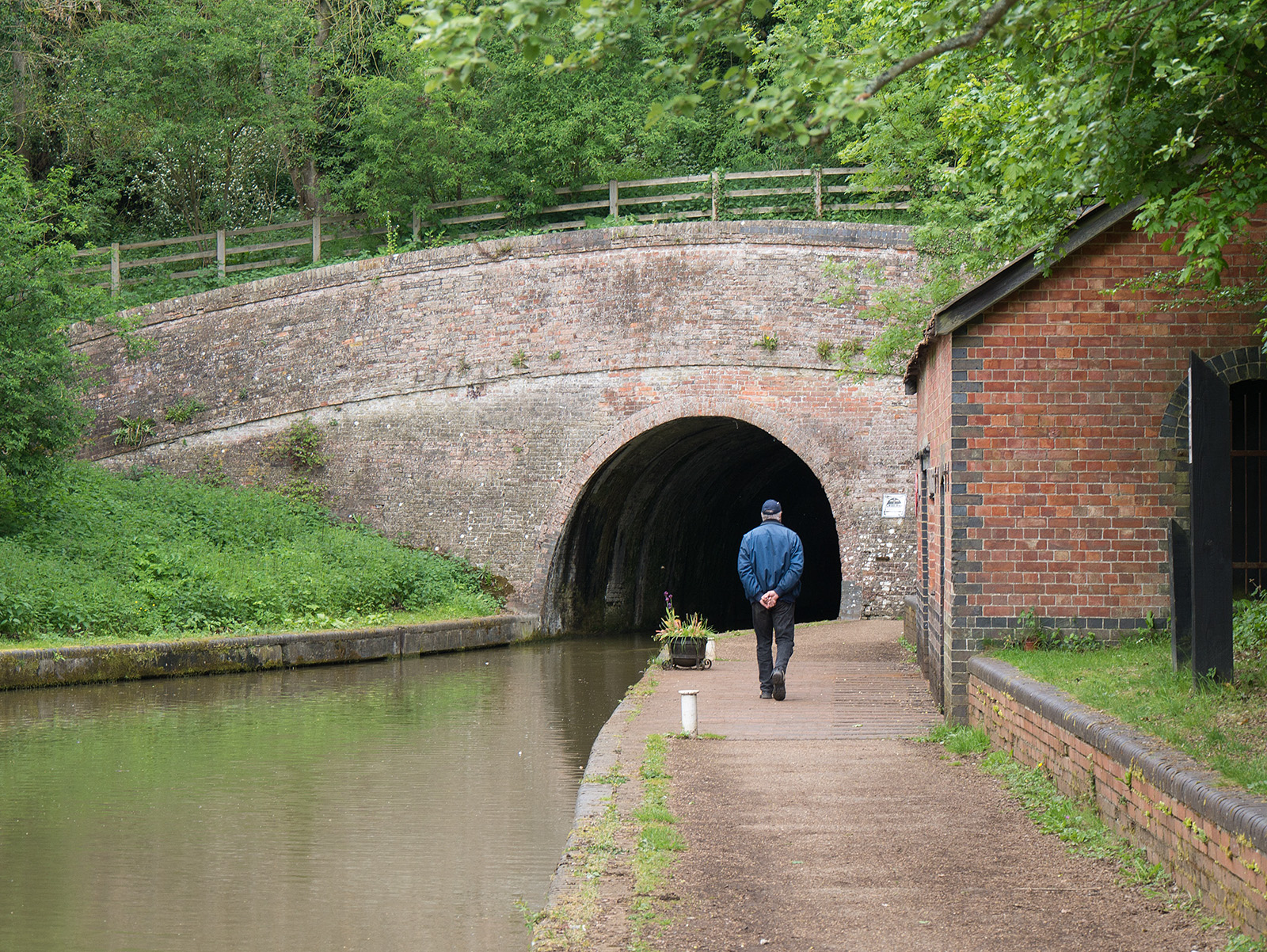 Approaching the southern entrance to Blisworth tunnel, the canal path rises up to the right