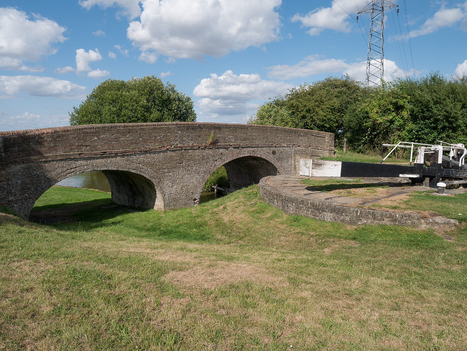 Bridge 122 and Ivinghoe locks - note the unused archway