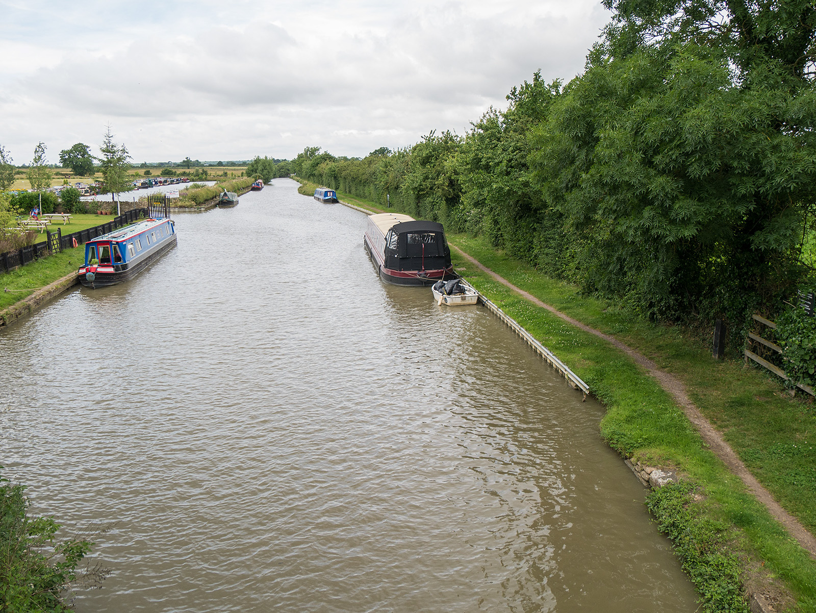 Looking ahead from bridge 64 towards Thrupp Wharf